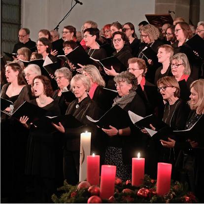 Gospelchor singt an der Gospelweihnacht in der Kirche